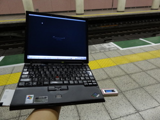 駅のホームでThinkPadを片手操作