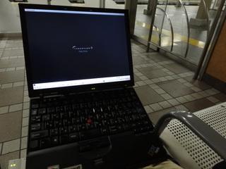 駅のイスに座ってThinkPadで仕事。ここはかなり集中できる